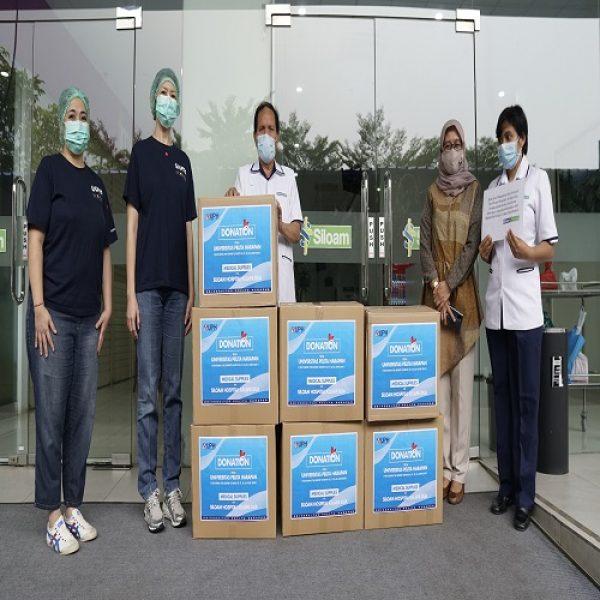 UPH Serahkan Donasi Program 'Featuring The Experts' ke RSU Siloam Kelapa Dua